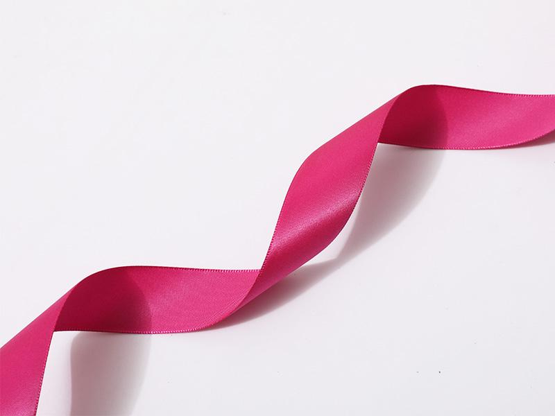 Satén de poliéster de una cara con borde tejido en color rosa
