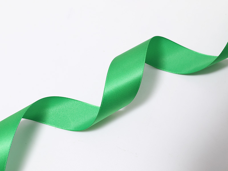Satén de poliéster tejido de una sola cara teñido satinado en color verde